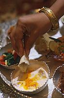 Asie/Inde/Rajasthan/Udaipur : Hôtel Taj Lake Palace sur le lac Pichola - Les futurs mariés et leurs invités s'installent pour le repas - Le plateau du Thali - Détail poulet au yogourt