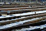 UTRECHT - Op het Centraal Station in Utrecht zijn spoorwissels zichtbaar ontdooid door traditionele gasbranderpijpen. De op gas brandende vlammen onder de buis, verwarmen niet alleen de wissels op maar ook inefficiënt de omliggende omgeving, worden soms gedoofd door  passerende treinen waarna de verouderde vonkvormers ze niet meer aankrijgen, en krijgen soms geen zuurstof door te veel opgehoopte sneeuw. De NS maakte onlang bekend dat 51 procent van de problemen op het spoor veroorzaakt worden door de bevroren en besneeuwde wissels van spoorwegbeheerder ProRail. Betere alternatieven zoals met bodemwarmte verwarmde wissels kennen minder problemen en zijn milieuvriendelijker, maar zijn kostbaarder in aanschaf en aanleg. COPYRIGHT TON BORSBOOM