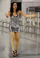 SÃO PAULO, SP, 10 DE FEVEREIRO DE 2012 - ENSAIO VAI-VAI -  Luiza Ambiel durante ensaio técnico da Escola de Samba Vai -Vai na preparação para o Carnaval 2012. O ensaio foi realizado na noite desta sexta feira 10 no Sambódromo do Anhembi, zona norte da cidade.FOTO ALE VIANNA - NEWS FREE