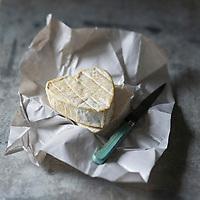 France, Seine-Maritime (76), Neufchâtel-en-Bray : Le Neufchâtel est un fromage fabriqué dans le Pays de Bray, La forme emblématique du Neufchâtel est le cœur // : France, Seine Maritime, Neufchâtel-en-Bray , Neufchâtel is a soft, slightly crumbly, mould-ripened cheese made in the French region of Normandy. - Stylisme : Valérie LHOMME