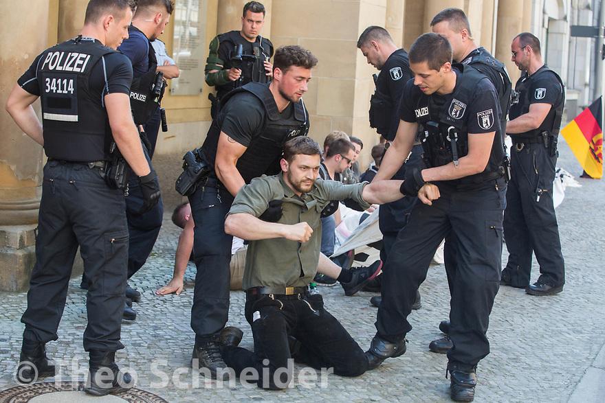 Polizisten räumen die Identitären // Rund 50 Anhänger der Identitären Bewegung versuchten am Freitag das Vordach des Bundesjustizministeriums zu besetzen. Da Polizisten das verhinderten, setzten sie sich auf den Gehweg und ließen sich räumen.