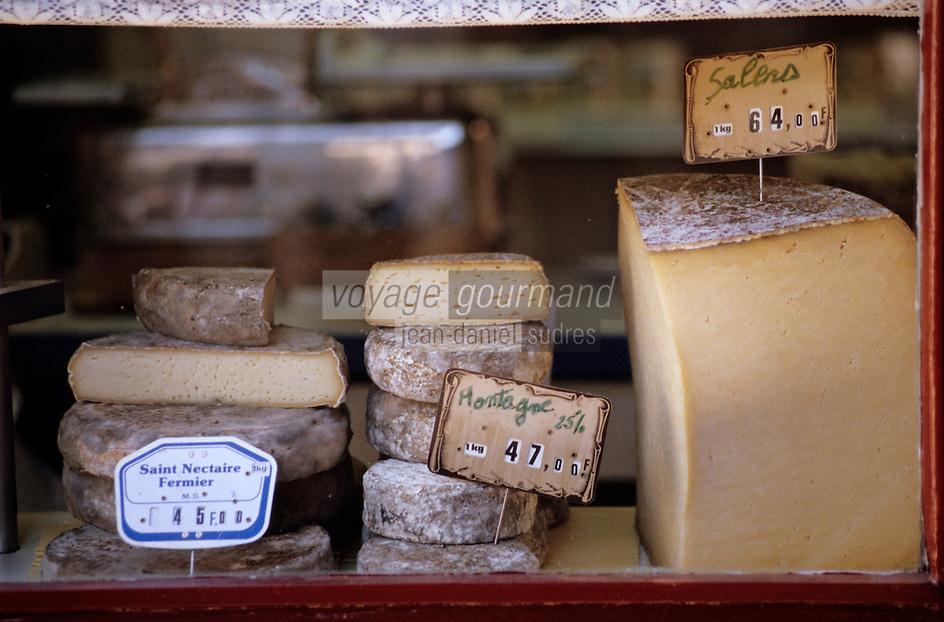 Europe/France/Auvergne/63/Puy-de-Dôme/Besse-en-Chandesse: Détail de la vitrine d'une fromagerie - Saint Nectaire, fromages de montagne et Cantal