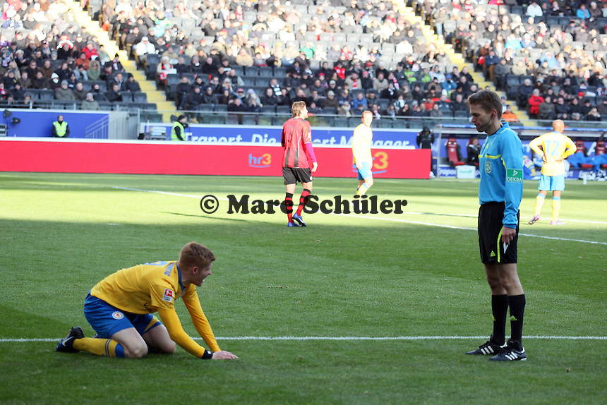 Mathias Fetsch (Braunschweig) bekommt wegen seiner Schwalbe im Strafraum die gelbe Karte von Schiedsrichter Dr. Jochen Drees