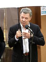 BOGOTA - COLOMBIA - 02 - 10 - 2016: Juan Manuel Santos, Presidente de Colombia, habla con la prensa, luego de votar durante el Plebisto, escribiendo un nuevo capitulo en la historia del pais. Hoy los colombianos acuden a las urnas para decir SI o NO al acuerdo de Paz firmado entre el Gobierno y las Fuerzas Armadas Revolucionarias de Colombia Ejercito del Pueblo (FARC-EP) / Juan Manuel Santos, President of Colombia, speaks with media, after vote for the Plebisto, writing a new chapter in the history of the country. Today Colombians go to the polls to say YES or NO to the peace agreement signed between the government and the Revolutionary Armed Forces of Colombia People's Army (FARC-EP) Photo: VizzorImage / Luis Ramirez / Staff.