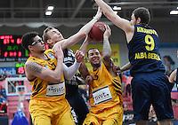 Basketball  1. Bundesliga  2016/2017  Hauptrunde  14. Spieltag  16.12.2016 Walter Tigers Tuebingen - Alba Berlin Davion Berry (2.v.re, Tigers) gegen Niels Giffey (2.v.li, Alba) und Elmedin Kikanovic (re, Alba) sowie beobachtet von Isaiah Philmore (li, Tigers)