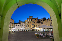 Italy, Tuscany, Lucca: Restaurants in the evening in the Piazza Anfiteatro Romano | Italien, Toskana, Lucca: Restaurants auf der Piazza Anfiteatro Romano am Abend