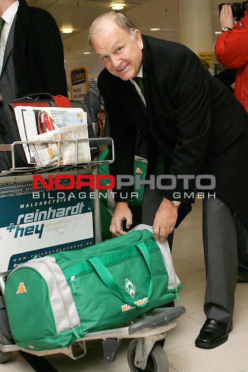 CL 06/07 Gruppe  A <br /> Abflug Werder Bremen nach Barcelona<br /> <br /> Vorstandsvorsitzender J&uuml;rgen L. Born mit Gep&auml;ck beim Check in vor dem Flug nach Barcelona.<br /> <br /> Foto :&copy; nordphoto <br /> <br /> <br /> <br /> <br /> <br /> <br /> <br />  *** Local Caption ***