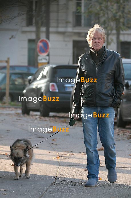 Dave promène son chien dans les rues de Paris..25 octobre 2012.