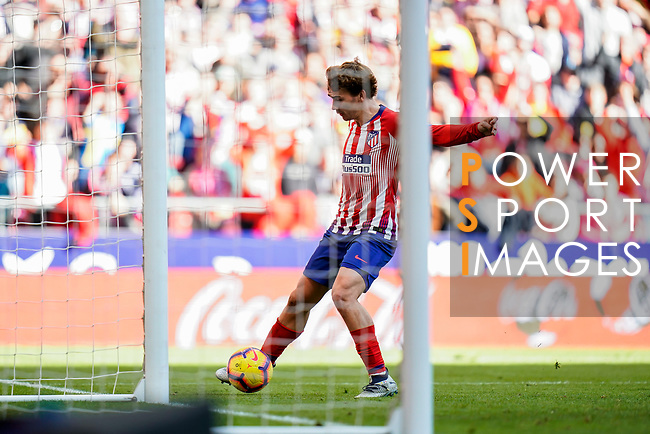 Antoine Griezmann of Atletico de Madrid kicks to score the team's second goal during the La Liga 2018-19 match between Atletico de Madrid and Deportivo Alaves at Wanda Metropolitano on December 08 2018 in Madrid, Spain. Photo by Diego Souto / Power Sport Images