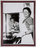Europe/France/Provence-Alpes-Côte d'Azur/06/Alpes-Maritimes/Villefranche-sur-Mer: Restaurant: La Mère Germaine - Vieille photographie de la mère Germaine avec Cocteau