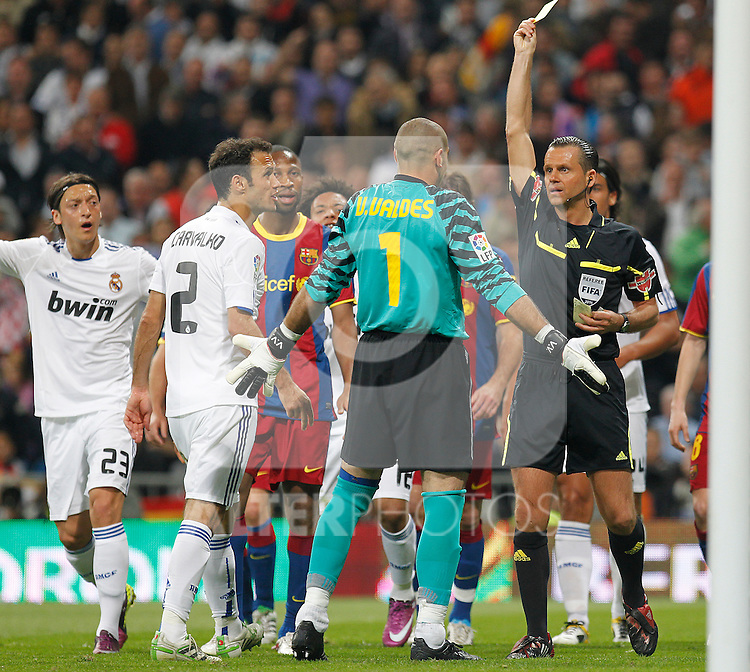 FC Barcelona's Victor Valdes yellow card during la Liga match on April 16th 2011...Photo: Cesar Cebolla / ALFAQUI