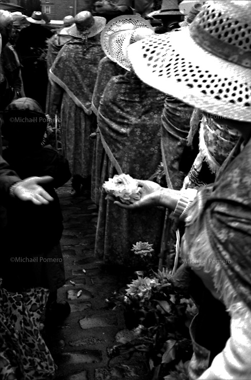Women offering flower during a festival in Montmartre.<br /> <br /> Femme offrant une fleur pendant la fête des vendanges de Montmartre.