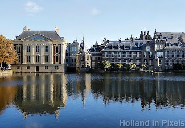 Nederland Den Haag 2015 09 27. De Hofvijver bij het Binnenhof. Links het Mauritshuis