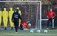 """Torwarttrainer Manfred """"Moppes"""" Petz (Eintracht Frankfurt) mit Torwart Jan Zimmermann (Eintracht Frankfurt) und Torwart Lukas Hradecky (Eintracht Frankfurt) - 14.02.2018: Eintracht Frankfurt Training, Commerzbank Arena"""