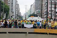 SÃO PAULO,SP, 13.03.2016 - PROTESTO-DILMA - Manifestação na Avenida Paulista, em São Paulo, contra o Governo Dilma Rousseff, neste domingo (13), pedindo o impeachment da presidente petista e o fim da corrupção. A previsão de integrantes dos movimentos que organizam os protestos, dentre eles o Movimento Brasil Livre (MBL), é que mais de 500 cidades tenham atos com essas bandeiras. (Foto: Darcio Nunciatelli/Brazil Photo Press)