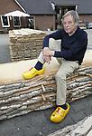 Foto: VidiPhoto<br /> <br /> BEST - Portret van Frits Bevort, bestuurslid van de Brabantse Populieren Vereniging, bij het klompenmuseum in Best. De stapel hout waar hij op zit komt van een 70 jaar oude populier.