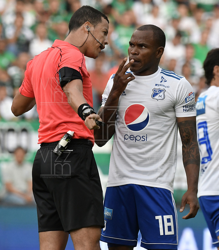 PALMIRA - COLOMBIA, 03-03-2019: Jhon Ospina L, arbitro, llama la atención a Jair Palacios Silva de Millonarios durante partido por la fecha 8 de la Liga Águila I 2019 entre Deportivo Cali y Millonarios jugado en el estadio Deportivo Cali de la ciudad de Palmira. / Jhon Ospina L, referee, calls to order to Jair Palacios Silva of Millonarios during match for the date 8 as part Aguila League I 2019 between Deportivo Cali and Millonarios played at Deportivo Cali stadium in Palmira city.  Photo: VizzorImage / Gabriel Aponte / Staff