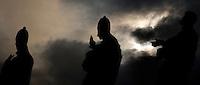 Un momento dell'eclissi parziale di sole vista da piazza San Pietro, Città del Vaticano, 4 gennaio 2011..A view of the partial solar eclipse, in St. Peter's square, Vatican, 4 january 2011..UPDATE IMAGES PRESS/Riccardo De Luca