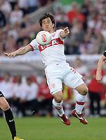 FUSSBALL  DFB-POKAL  HALBFINALE  SAISON 2012/2013    VfB Stuttgart - SC Freiburg    17.04.2013 Shinji Okazaki (VfB Stuttgart) am Ball