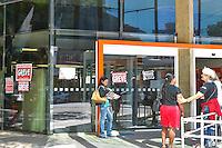 PIRACICABA,SP, 06.10.2015 - GREVE-BANCÁRIOS - Agencia bancária tem operação normal em dia de greve da categoria no centro de Piracicaba na manhã desta terça-feira (06). A greve da categoria é uma resposta à proposta rebaixada da federação dos bancos (Fenaban) de 5,5% de reajuste para salários, PLR, vales e auxílios, que nem chega perto de cobrir a inflação de 9,88% no período (INPC) e representa perda de 4% para os trabalhadores. E nada para questões fundamentais para a categoria como melhorias nas condições de trabalho, saúde e garantia de emprego. ( Foto: Mauricio Bento/ Brazil Photo Press)