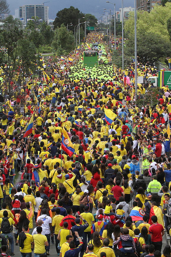 BOGOTA -COLOMBIA. 06-07-2014. Miles de  colombianos colmaron la avenida Eldorado y el parque Simón Bolivar para darles la bienvenida a su  selección de futbol y su tecnico Jose Pekerman luego de su participacion en el mundial de Brazil 2014. / Thousands of Colombians filled the Eldorado Avenue and the Simón Bolivar park to welcome them to their soccer team and its technical Jose Pekerman after his participation in the World Cup Brazil 2014. Photo: VizzorImage / Felipe Caicedo / Staff