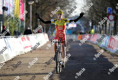 11-12-10 / Veldrijden / seizoen 2011-2012 / Scheldecross / Nieuwelingen / Yannick Peeters won de wedstrijd..Foto: Mpics.be
