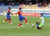 PASTO - COLOMBIA -16-08-2015: Jonathan Gomez (Izq.) jugador de Deportivo Pasto anota gol a  Sebastián López  (Der.) portero de Uniautonoma, durante partido Deportivo Pasto y Uniautonoma por la fecha 6 de la Liga Aguila II 2015, jugado en el estadio Libertad de la ciudad de Pasto.  / Jonathan Gomez (R) player of Deportivo Pasto, scored a goal to Sebastián López  (L) goalkeeper of Uniautonoma, during a match Deportivo Pasto and Uniautonoma for the date 6 of the Liga Aguila II 2015 at the Libertad stadium in Pasto city. Photo: VizzorImage. / Leonardo Castro / Cont.