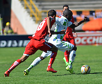 TUNJA - COLOMBIA -27 -02-2016: Fausto Obeso (Der.) jugador de Boyaca Chico FC disputa el balón con Jimmy Mican (Izq.) jugador de Fortaleza FC, durante partido Boyaca Chico FC y Fortaleza FC, de la fecha 7 de la Liga Aguila I-2016, jugado en el estadio La Independencia de la ciudad de Tunja. / Fausto Obeso (R) player of Boyaca Chico FC vies for the ball with Jimmy Mican (L) jugador of Fortaleza FC, during a match Boyaca Chico FC and Fortaleza FC, for the date 7 of the Liga Aguila I-2016 at the La Independencia  stadium in Tunja city, Photo: VizzorImage  / Cesar Melgarejo / Cont.