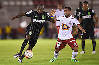 BUENOS AIRES - ARGENTINA - 24-02-2016: Daniel Montenegro (Der.) jugador de Huracan de Argentina disputa el balon con Victor Ibarbo (Izq.) jugador de Atletico Nacional de Colombia durante partido de la Primera Fecha del Grupo 4 por la Segunda Fase, entre Huracan y Atletico Nacional de la Copa Bridgestone Libertadores 2016 en el Estadio Tomas A Duco, de la ciudad de Buenos Aires. / Daniel Montenegro (R) player of Huracan of Argentina vies for the ball with con Victor Ibarbo (L) player Atletico Nacional of Colombia, during a match for the first date of the Group 4 for the second phase between Huracan and Atletico Nacional of Colombia for the Bridgestone Libertadores Cup 2016, in the Tomas A Duco, Stadium, in Buenos Aires city. Photo: JamMedia / Marcelo Frias / VizzorImage / Cont
