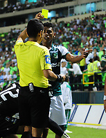 PALMIRA - COLOMBIA - 14 - 03 - 2018: Hervin Otero (Izq.), arbitro, muestra tajeta amarilla a Jeison Angulo (Der.), jugador de Deportivo Cali, durante partido entre Deportivo Cali y Once Caldas de la fecha 8 por la liga Aguila I 2018, jugado en el estadio Deportivo Cali (Palmaseca) en la ciudad de Palmira. / Hervin Otero (L) referre, shows yellow card to Jeison Angulo (R), player of Deportivo Cali, during a match between Deportivo Cali and Once Caldas of the 8th date for the Liga Aguila I 2018, at the Deportivo Cali (Palmaseca) stadium in Palmira city. Photo: VizzorImage  / Nelson Rios / Cont.