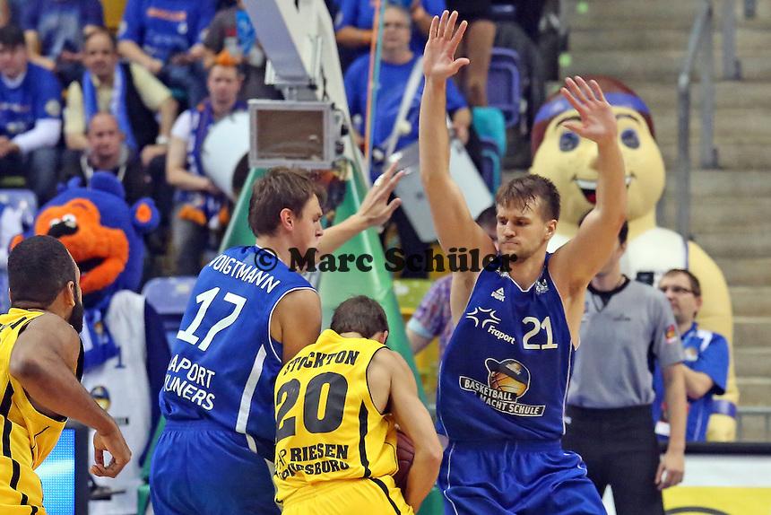 Johannes Voigtmann und Danilo Barthel (Skyliners) nehmen Michael Stockton (LUdwigsburg) in die Mangel- Fraport Skyliners vs. MHP Riesen Ludwigsburg, Fraport Arena Frankfurt
