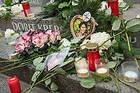 Gedenken am Dienstag den 19. Dezember 2017 anlaesslich des 1. Jahrestag des Terroranschlag auf den Weihnachtsmarkt auf dem Berliner Breitscheidplatz am 19.12.2016 durch den Terroristen Anis Amri.<br /> Im Bild: Blumen und Kerzen vor dem Namen der ermordeten Dorit Krebs.<br /> 19.12.2017, Berlin<br /> Copyright: Christian-Ditsch.de<br /> [Inhaltsveraendernde Manipulation des Fotos nur nach ausdruecklicher Genehmigung des Fotografen. Vereinbarungen ueber Abtretung von Persoenlichkeitsrechten/Model Release der abgebildeten Person/Personen liegen nicht vor. NO MODEL RELEASE! Nur fuer Redaktionelle Zwecke. Don't publish without copyright Christian-Ditsch.de, Veroeffentlichung nur mit Fotografennennung, sowie gegen Honorar, MwSt. und Beleg. Konto: I N G - D i B a, IBAN DE58500105175400192269, BIC INGDDEFFXXX, Kontakt: post@christian-ditsch.de<br /> Bei der Bearbeitung der Dateiinformationen darf die Urheberkennzeichnung in den EXIF- und  IPTC-Daten nicht entfernt werden, diese sind in digitalen Medien nach §95c UrhG rechtlich geschuetzt. Der Urhebervermerk wird gemaess §13 UrhG verlangt.]