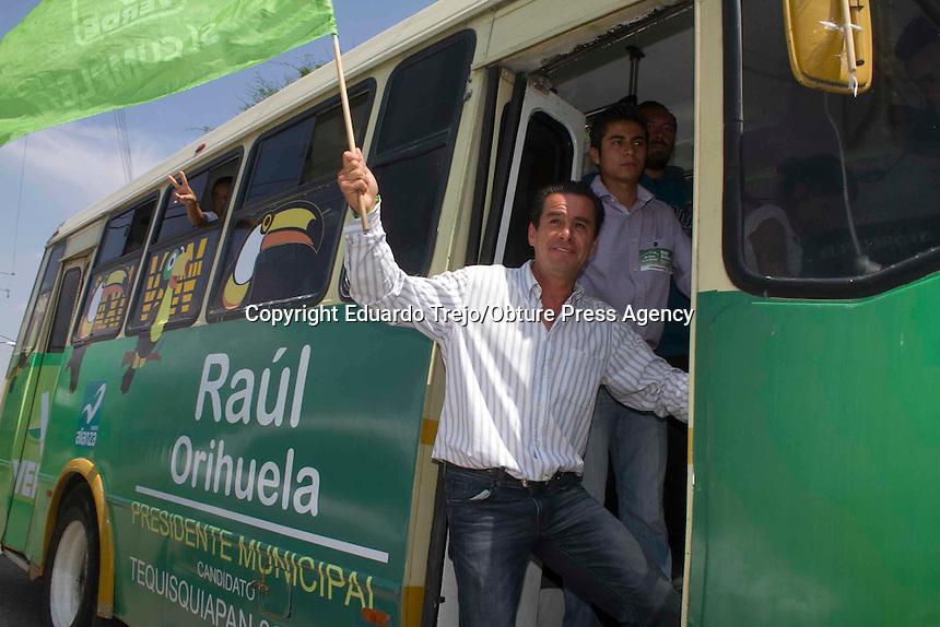 Tequisquiapan, Qro.- El ex alcalde y ex panista Ra&uacute;l Orihuela, quien ahora intenta repetir en la alcad&iacute;a por el Partido Verde, realiz&oacute; una visita al mismo tienguis donde se presentar&iacute;a el candidato a Gobernador, Pancho Dom&iacute;nguez.<br /> Orihuela lleva consigo una caravana de 15 veh&iacute;culos y a unas 100 personas que le acompa&ntilde;an a todas sus eventos.