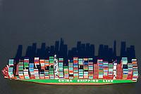 Containerschiff der China Shipping Line auf der Elbe : EUROPA, DEUTSCHLAND, HAMBURG,  (EUROPE, GERMANY), 08.02.2015: Containerschiff der China Shipping Line auf der Elbe, Berge von Container schlagen einen langen Schatten