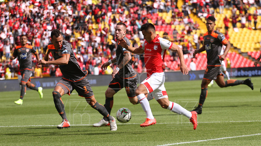 BOGOTÁ- COLOMBIA, 21-09-2019:Jhon Velasquez (Der.) jugador del Independiente   Santa Fe    disputa el balón contra Wilfrido de La Rosa( Izq.) jugador del Envigado durante partido por la fecha 12 de la Liga Águila II  2019 jugado en el estadio Nemesio Camacho El Campín  de la ciudad de Bogotá. /Jhon Velasquez (R) player of Independiente Santa Fe  fights for the ball  against of Wilfrido de La Rosa (L) player of Envigado  during the match for the date 12 of the Liga Aguila II 2019 played at the Nemesio Camacho El Campin  stadium in Bogota city. Photo: VizzorImage / Felipe Caicedo / Staff