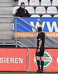 FussballFussball: agnph001:  1. Bundesliga Saison 2019/2020 27. Spieltag 23.05.2020<br />SC Freiburg - SV Werder Bremen<br />Schiedsrichter Robert Hartmann (re) zeigt Teammanager Tim Barten (SV Werder Bremen) die Gelbe Karte auf die Tribuene <br /> FOTO: Markus Ulmer/Pressefoto Ulmer/ /Pool/gumzmedia/nordphoto<br /><br />Nur für journalistische Zwecke! Only for editorial use! <br />No commercial usage!