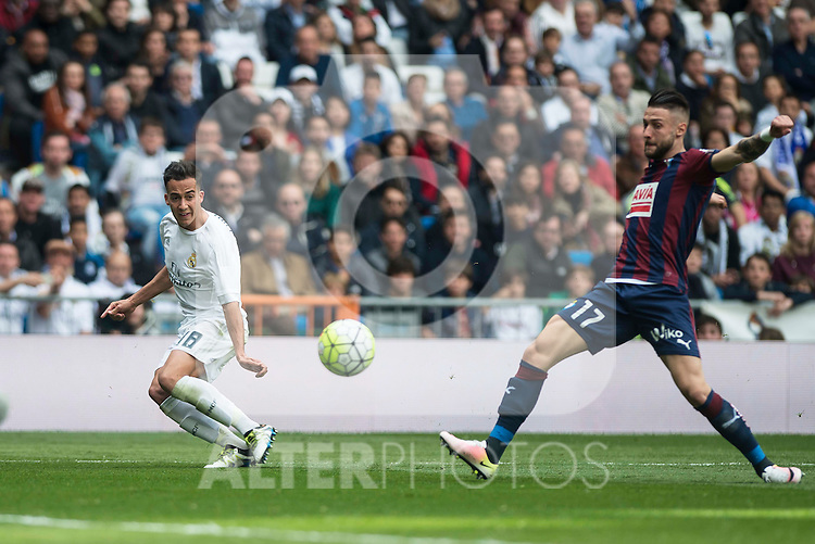 Real Madrid's Lucas Vazquez and Sociedad Deportiva Eibar's David Junca during La Liga match. April 09, 2016. (ALTERPHOTOS/Borja B.Hojas)