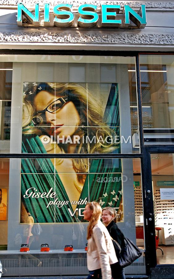Vitrine de loja em Helsinki. Finlândia. 2007. Foto de Vinicius Romanini.