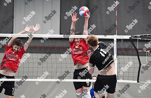 2016-10-15 / Volleybal / Seizoen 2016-2017 / Msiks Blaasveld-Ruislede / De Boeck (l.) en Van Walle proberen de smash van Hollevoet af te stoppen<br /> <br /> ,Foto: Mpics.be