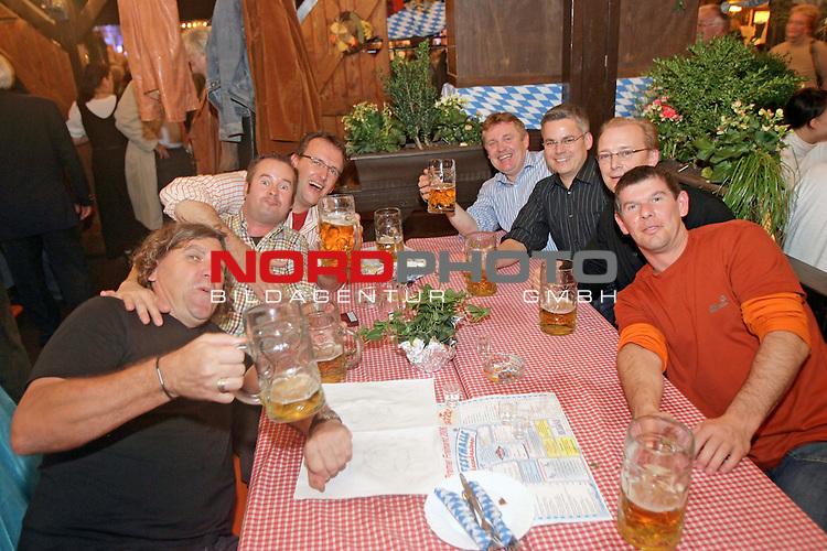 Waehrend sich die Werder Profis im Bayern Zelt am Montag abend ihren Herrenabend genossen, zeigten sich auch die Diepholzer von ihrer besten Seite. Zwei Boxen weiter feierte die F&ouml;rderemeinschaft ausgiebig den Bremer Freimarkt<br /> Foto &copy; nordphoto