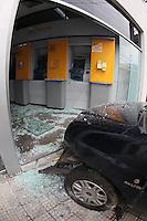 SAO PAULO, SP, 29/09/2013, ACIDENTE PENHA. Apos ser perseguido por assaltantes, um motorista perdeu o controle de seu veiculo e bateu contra uma agencia bancaria na Av Amador Bueno da Veiga altura do numero 2.000 no bairro da Penha. Ninguem ficou ferido. LUIZ GUARNIERI/BRAZIL PHOTO PRESS.