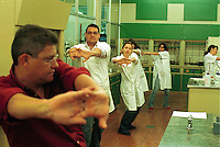 Brasilien, Pausen Gymnastik fuer Mitarbeiter im Labor bei Buntstift und Bleistift Produktion aus FSC bei Faber-Castell, Bewegung gegen Monotonie am Arbeitsplatz / Brazil, company Faber-Castell fitness for employees in lab