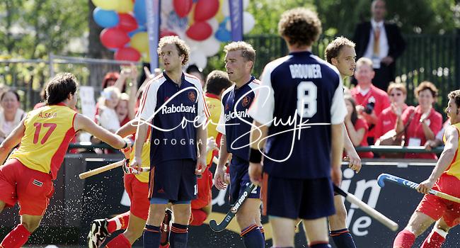 NLD-20050904-Leipzig-EK HOCKEY :  finale Nederland-Spanje 2-4. Oranje verspeelde de overwinning in de laatste minuten. De Spanjaarden komen in de laatste minuut op voorsprong. Teun de Nooijer, Jeroen Delmee, Ronald Brouwer en Matthijs Brouwer zijn verslagen.