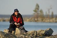 Jente leser bok ved bredden av Rogen ---- Girl reading book by the side of lake Rogen
