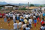 População votando em zona eleitoral rural, Curionópolis. Pará. 1986. Foto de Juca Martins.