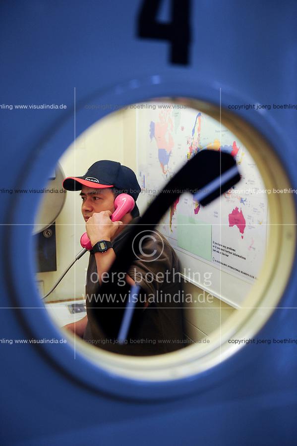 GERMANY Hamburg, seaman´s club Duckdalben, Filipino seaman calling home / DEUTSCHLAND Hamburg , Seemannsclub Duckdalben eine soziale Einrichtung der Diakonie fuer Betreuung von Seeleuten, ein philippinischer Seemann ruft zu Hause an