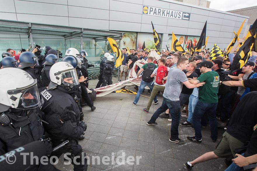 Identitäre suchen die Auseinandersetzung mit der Polizei, scheitern jedoch mit ihrem Durchbruchsversuch // Der Aufmarsch einiger hundert Anhänger der Identitären Bewegung wurde in Berlin blockiert. Die Rechten mussten nach weniger als einem Kilometer wieder umkehren.