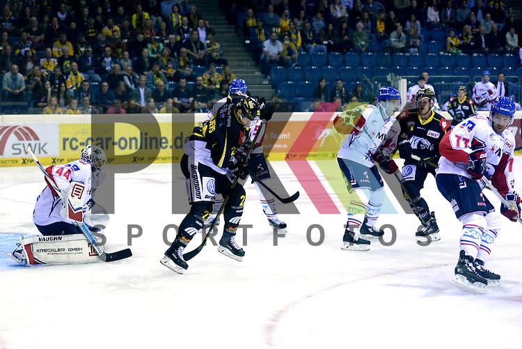 1. Spieltag der DEL Saison 2016/17 &ndash; Krefeld Pinguine vs. Adler Mannheim (16.09.2016) /#23 Herberts Vasiljevs (KEV) im Spiel in der DEL, Krefeld Pinguine (schwarz) &ndash; Adler Mannheim (weiss).<br /> <br /> Foto &copy; PIX-Sportfotos.de *** Foto ist honorarpflichtig! *** Auf Anfrage in hoeherer Qualitaet/Aufloesung. Belegexemplar erbeten. Veroeffentlichung ausschliesslich fuer journalistisch-publizistische Zwecke. For editorial use only.