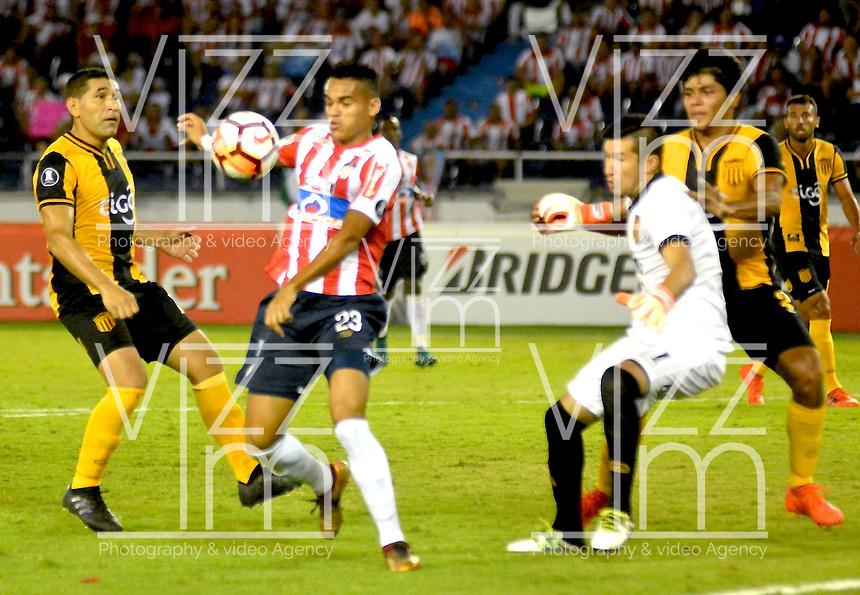 BARRANQUIILLA - COLOMBIA, 15-02-2018: Luis Diaz Marulanda (#23) del Atlético Junior de Colombia disputa el balón con Victor Centurion (Der) arquero de Guaraní de Paraguay durante partido de ida por la tercera fase, llave 4, de la Copa CONMEBOL Libertadores 2018  jugado en el estadio Metropolitano Roberto Meléndez de la ciudad de Barranquilla. / Luis Diaz Marulanda (#23) player of Atlético Junior of Colombia struggles the ball with Victor Centurion (R) goalkeeper of Guarani of Paraguay during first leg match for the third phase, key 4, of the Copa CONMEBOL Libertadores 2018 played at Metropolitano Roberto Melendez stadium in Barranquilla city.  Photo: VizzorImage/ Alfonso Cervantes / Cont