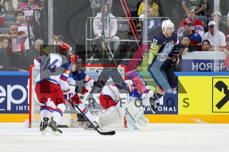 USAs Coyle, Charlie (Nr.33)(Minnesota Wild) springt um den den Puck durchzulassen gegen Russlands Bobrovski, Sergei (Nr.72)(Columbus Blue Jackets)  im Spiel IIHF WC15 Russia vs. USA.<br /> <br /> Foto &copy; P-I-X.org *** Foto ist honorarpflichtig! *** Auf Anfrage in hoeherer Qualitaet/Aufloesung. Belegexemplar erbeten. Veroeffentlichung ausschliesslich fuer journalistisch-publizistische Zwecke. For editorial use only.